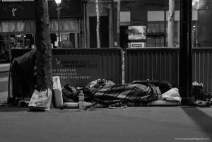 Une famille Roumaine dans le froid des nuits parisiennes. Une femme, enlaçant son bébé dormant sereinement.