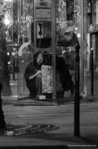Une vieille dame passant la nuit dans une cabine téléphonique écrit une lettre dans son journal. Je ne sais pas à qui elle était adressée. Mais si le destinataire pouvait venir la rechercher.