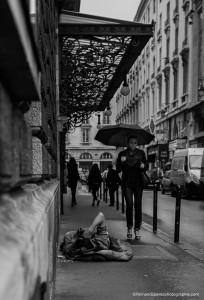 Un homme se protégeant du froid et de la pluie. Des yeux qui l'observent. Et une élégante parisienne, bien parfummée sur ses talons, qui passe comme si ce n'était qu'un lointain souvenir.