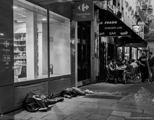 Des amis, partageant rires et bières en terrasse. Et deux hommes, dormants prêt de la chaleur des moteurs des climatiseurs, à même le sol.