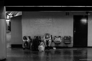Le métro, un moyen de transport utilisé par tellement de personnes. Mais pas seulement pour se déplacer. Deux hommes dorment entre leur affaires, séparés par leur passé.