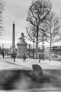 Des touristes qui profitent d'un jour de neige place de la Concorde, et un homme, solitaire assis au dessus des grilles d'aération du métro pour se réchauffer. Dans le métro, des gens qui se déplacent, au chaud. Et à l'extérieur, un homme luttant contre le froid.